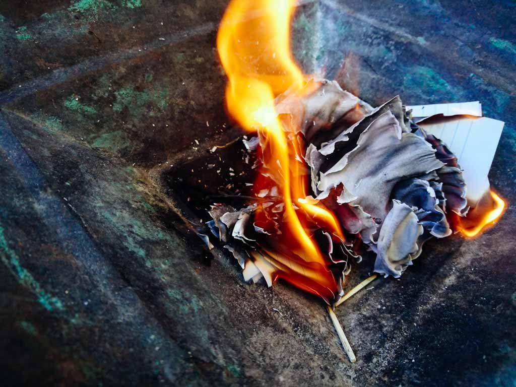 In den Rauhnächten werden Zettel mit Ängsten in einer Feuerschale verbrannt.