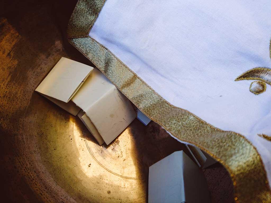In die Schale werden bei der Rauhnacht Zettel gelegt, die für den jeweiligen Monat stehen
