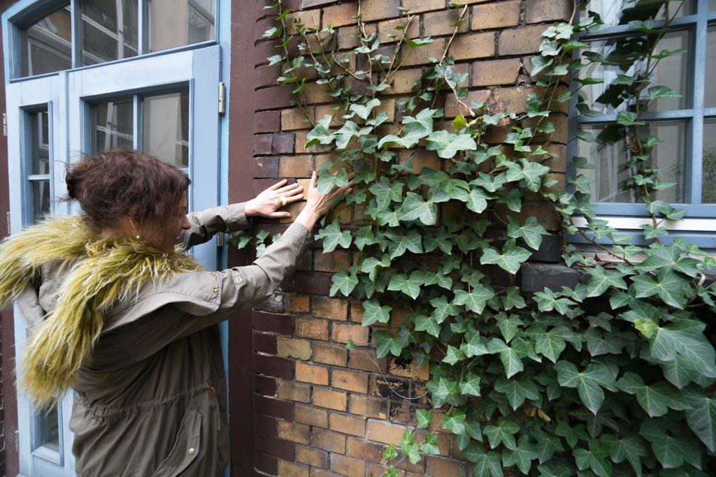 Feng Shui Ausbilderin Parvati S. Hörler bei der energetischen Arbeit in Berlin